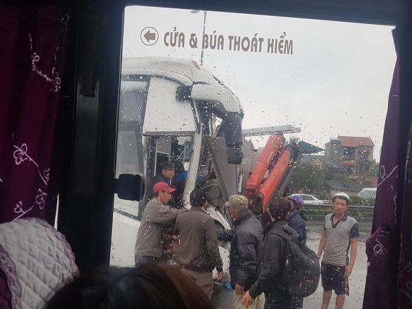 Xe cứu hoả đấu đầu xe khách trên cao tốc, nhiều người la hét kêu cứu