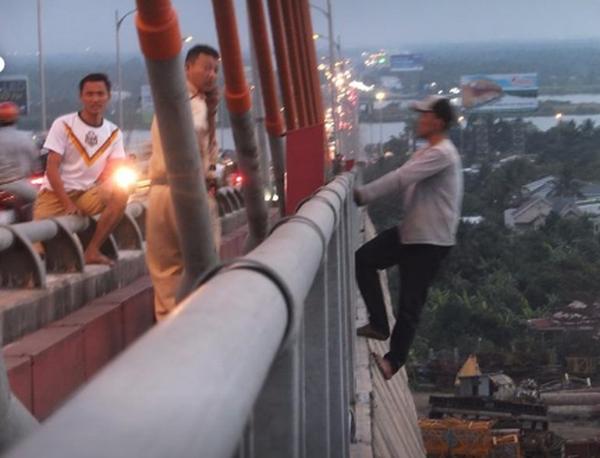 Giải cứu thanh niên nghi ngáo đá làm xiếc trên cầu