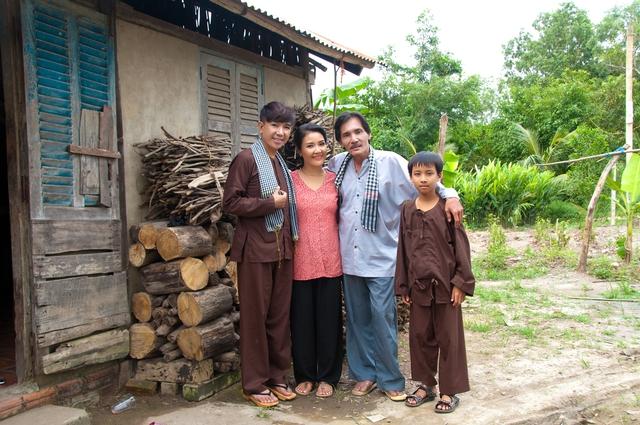 Trong MV này, diễn viên Thương Tín vào vai một người chồng, một người cha hết mực yêu vợ thương con. Vợ của Thương Tín do diễn viên Ngân Quỳnh đảm nhận.