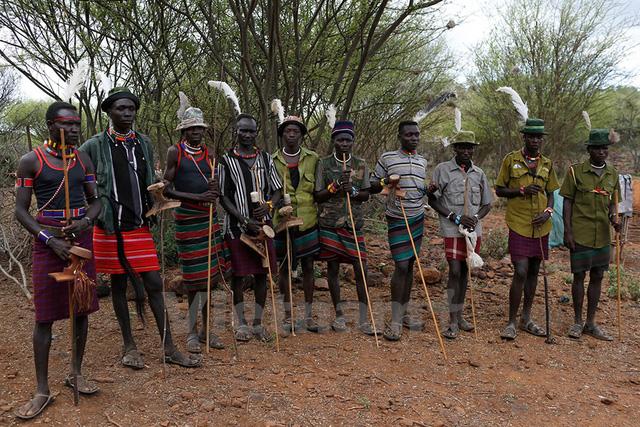 Người Pokot đứng canh gần nhà một cô bé sắp trở thành vợ của một người trong số họ. Ảnh: Siegfried Modola/Reuters