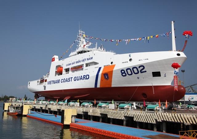 Tàu có chiều dài 90,5 m, rộng 14 m và độ cao mạn tàu là 7m và lượng choán nước tối đa đạt 2.400 tấn.