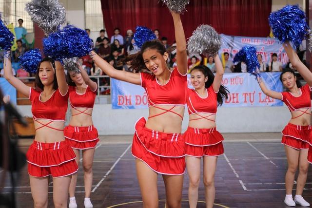 Cổ vũ, hoạt động chỉ sinh viên thời nay mới có, được đưa vào Cú hích trên không.