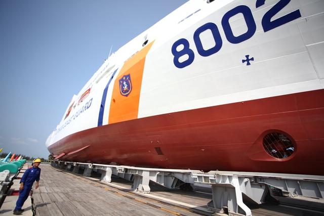 """""""Tàu CSB 8002 thể hiện năng lực và công nghệ đóng tàu hiện đại của Tập đoàn Damen Hà Lan và TCT Sông Thu, có nhiều tính năng ưu việt trong việc thực hiện nhiệm vụ trên biển, nhất là trên các vùng biển xa, trong điều kiện thời tiết phức tạp"""", đại tá Hà Sơn Hải, Tổng giám đốc TCT Sông Thu cho biết."""