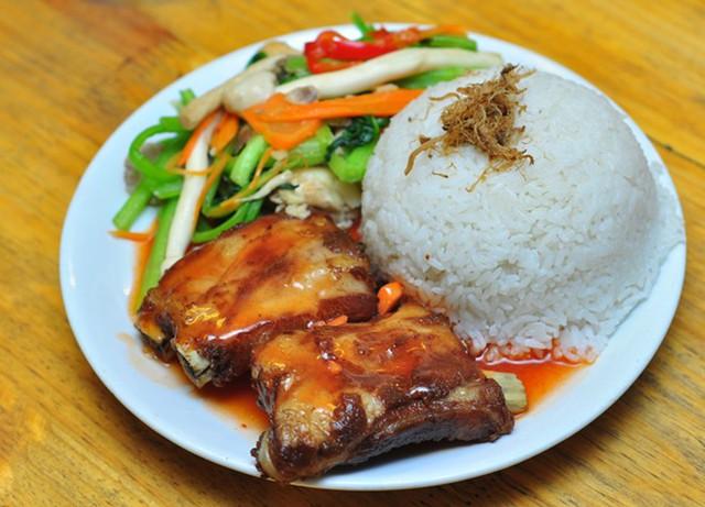 Quán có rất nhiều món cơm, xôi nấm gà rất thích hợp với bữa trưa của dân văn phòng.