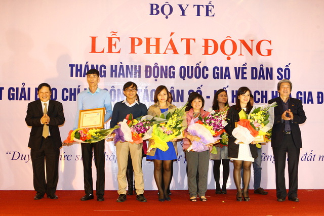 Các tác giả đạt giải C Giải Báo chí toàn quốc về công tác Dân số nhận hoa và giấy chứng nhận từ Ban Tổ chức