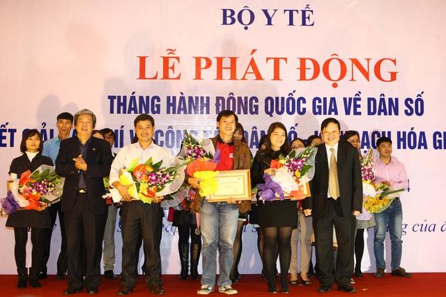 Ông Hà Minh Huệ - Phó Chủ tịch thường trực Hội Nhà báo Việt Nam (bìa trái hàng 1), Thứ trưởng Bộ Y tế Nguyễn Viết Tiến (bìa phải hàng 1) trao giải A cho các tác giả.