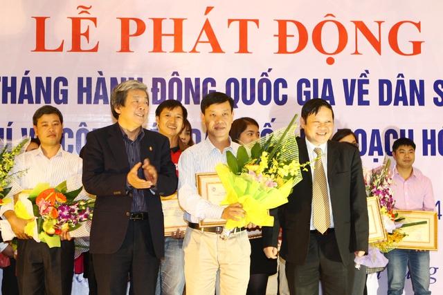 Ông Nguyễn Ngọc Đức - Phó Tổng Biên tập báo Gia đình và Xã hội (ở giữa hàng 1)thay mặt lãnh đạo BBT Báo nhận giải tập thể có nhiều tác phẩm dự Giải.