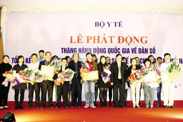 Lãnh đạo Bộ Y tế, Hội Nhà báo Việt Nam chụp ảnh lưu niệm cùng các tác giả đoạt giải .Ảnh:CHÍCƯỜNG