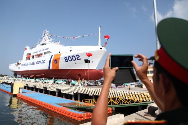 """Tàu 8002 sẽ là """"những cánh chim bồ câu trắng"""" trên biển có chức năng, nhiệm vụ  tuần tra bảo vệ chủ quyền biển, đảo, thực thi pháp luật trên các vùng biển và thềm lục địa của chúng ta."""