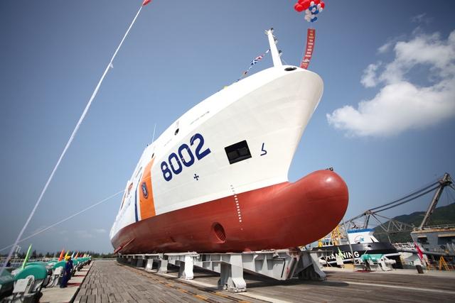 Tàu CSB 8002 cũng tham gia tìm kiếm cứu nạn trên vùng biển Việt Nam và quốc tế, cứu kéo các tàu bị nạn có lượng dãn nước đến 2200 tấn. Thực hiện nhiệm vụ chuyển quân, chi viện hậu cần cho các lực lượng hoạt động trên biển, đảo và các nhiệm vụ khác khi cần.