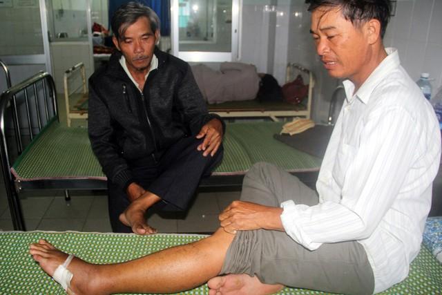 Ông Võ Văn Toán (phải) và ông Nguyễn Bảy bị rắn lục đuôi đỏ cắn, đang điều trị tại BV Đa khoa Quảng Nam. Ảnh: CTV