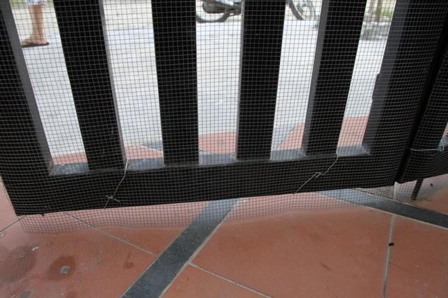Lo sợ rắn lục đuôi đỏ tiếp tục vào nhà, chị Vân đã rào tấm lưới thép trước cổng.