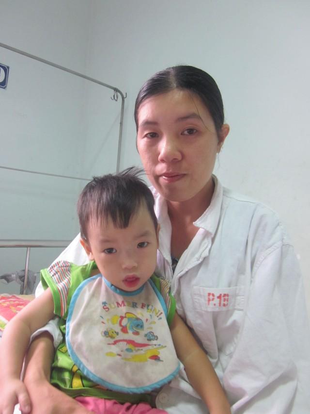 Dù biết con có thể khỏi bệnh nhờ phẫu thuật nhưng chị Chung hiện không biết xoay đâu đủ tiền cho con điều trị