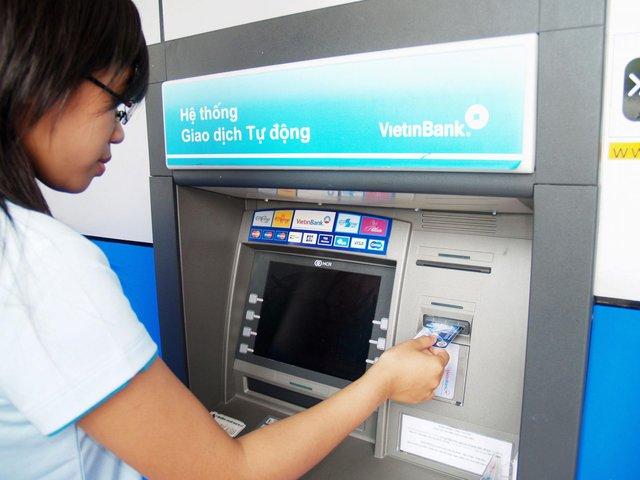Máy ATM nuốt thẻ, hết tiền... đều bị phạt nặng