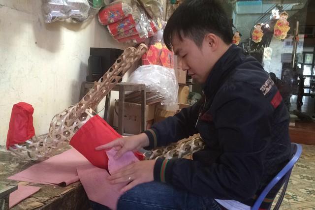 """Anh Nguyễn Thế Linh: """"Năm nay mới chỉ có dăm ba khách quen đến đặt hàng lẻ tẻ chứ chưa có đơn hàng nào lớn"""". Ảnh:H.N"""