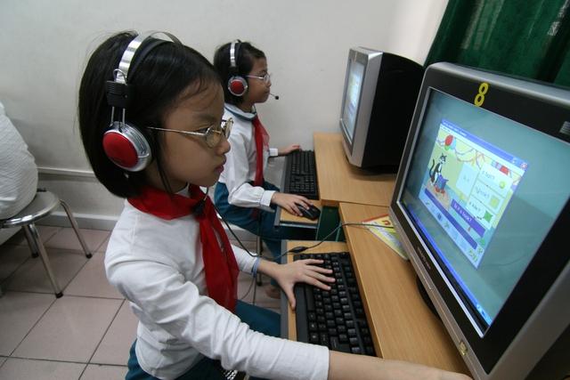 Học tiếng Anh trên máy vi tính tại Trường Tiểu học Thăng Long, Hà Nội. Ảnh: Chí cường
