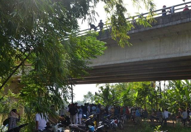 Rất đông người dân tụ tập dưới chân cầu Vĩnh Điện theo giõi công tác tìm kiếm thi thể thiếu nữ M.