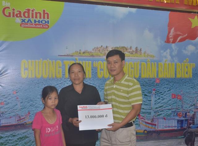 Ông Nguyễn Ngọc Đức, Phó Tổng Biên tập Báo Gia đình và Xã Hội trao số tiền hảo tâm của bạn đọc đến với bè cháu bé Vinh