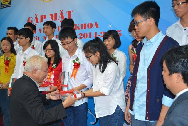 GS.TSKHPhạm Mạnh Hùng trao quà cho các tân thủ khoa