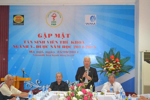 GS.TSKH Phạm Mạnh Hùngcùng các Giáo sư, Tiến sĩ đầu ngành Y, Dược chào mừng các tân thủ khoa