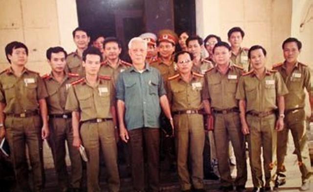 Một số thành viên nòng cốt của lực lượng tinh nhuệ SBC chụp hình kỷ niệm cùng Giám đốc công an TP.HCM thời bấy giờ, tướng Mai Chí Thọ.