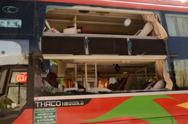 Cửa kính xe vỡ nát sau vụ nổ