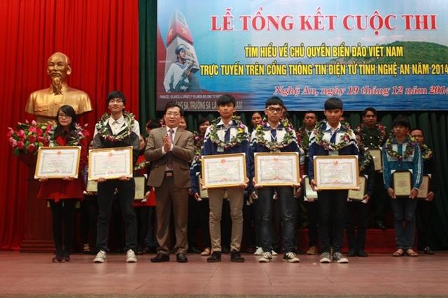 Các thí sinh nhận giải thưởng cuộc thi Tìm hiểu về chủ quyền biển đảo Việt Nam.trực tuyến trên Cổng thông tin điện tử tỉnh Nghệ An 2014