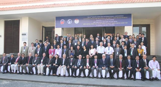 Các đại biểu tham dự Hội thảo chụp ảnh lưu niệm. Ảnh Đức Hoàng