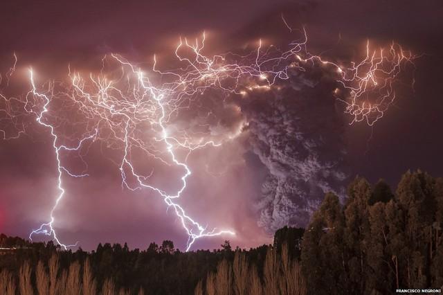 Nhiếp ảnh giaFrancisco Negroni, Chileđã giành giải thưởng Môi trường trái đất với bức ảnhchụp cảnh những tiasét nổi lên trongmột vụ phun trào của quân thểnúi lửaPuyehue-Cordon Caulle.