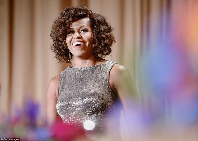 Đệ nhất phu nhân Mỹ Michelle Obama xuất hiện trong bữa tiệc tối thường niên White House Correspondents Association Dinner diễn ra đêm 25/4/2015 với mái tóc ngang và uốn xoăn trong chiếc áo đầm ánh bạc gợi cảm. Ảnh: Getty Images, Reuters