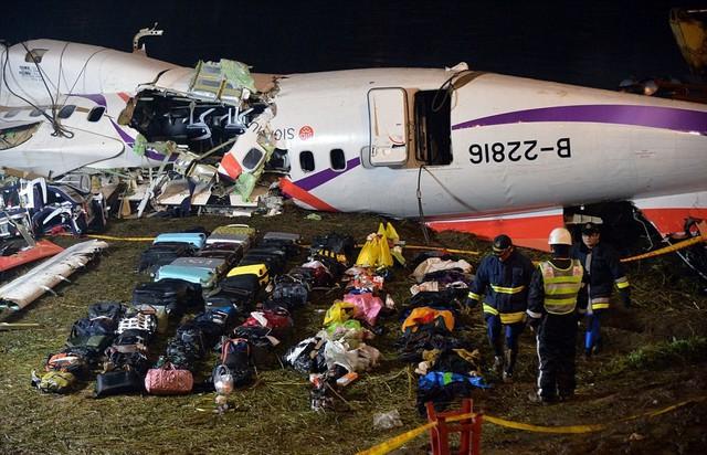 Đồ đạc của hành khách được đặt ở phía trước phần máy bay đã được vớt lên. Ảnh: Dailymail