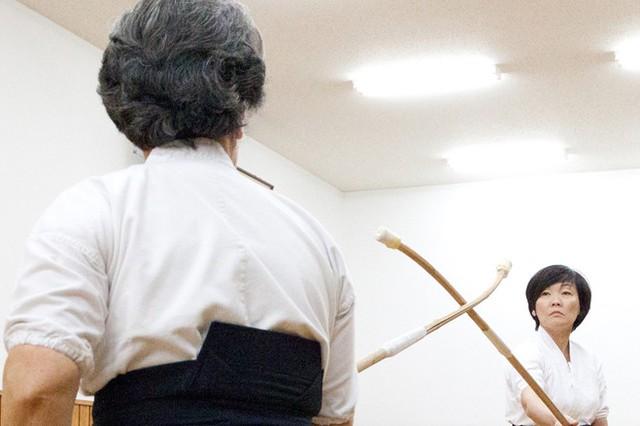 Bà Akie Abe, vợ của Thủ tướng Shinzo Abe, đã múa naginata (một loại dao có cán gỗ dài của Nhật) tại Nippon Budokan ở Tokyo vào hôm thứ Bảy trước sự trầm trồ của người Nga. Buổi khoe tài này được thực hiện trong cuộc giao lưu võ thuật giữa hai nước.