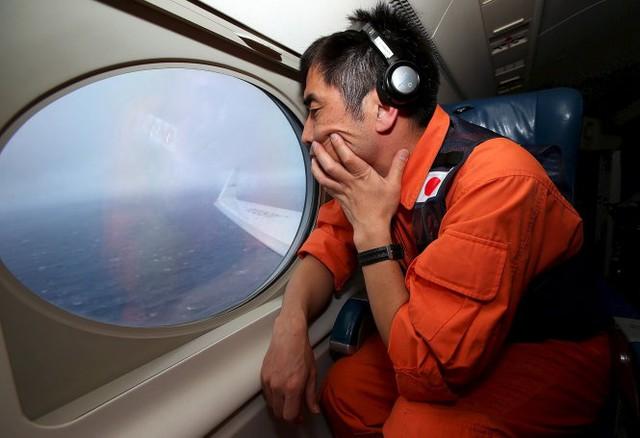 Thành viên Koji Kubota của lực lượng bảo vệ bờ biển Nhật Bản trong chuyến bay tìm kiếm máy bay MH370 tại Nam Ấn Độ Dương, ảnh tư liệu - Ảnh: Reuters