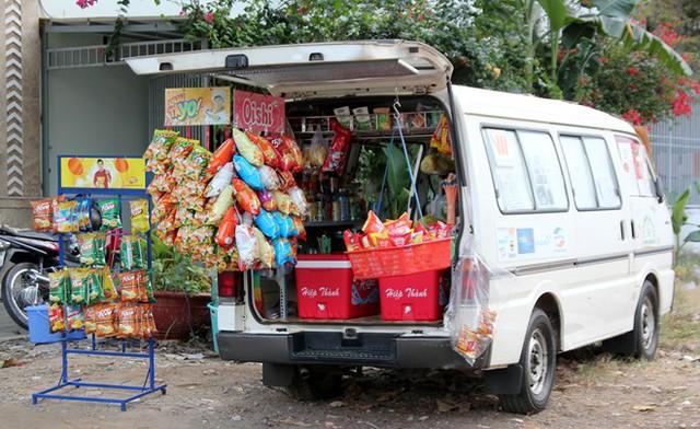 Tiệm tạp hóa trên ôtô ở phố nhà giàu Sài Gòn