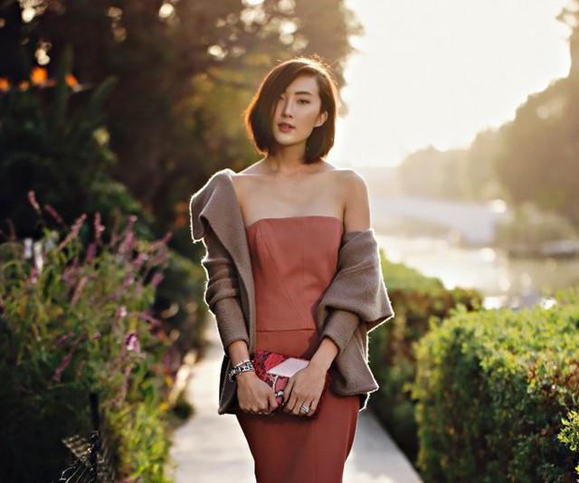 9. Kết hợp thêm áo khoác. khoác hờ một chiếc vest hay trend coat có đường may, màu sắc tinh tế sẽ giúp bạn thu gọn bờ vai lẫn vùng cánh tay to lớn nhanh chóng và hiệu quả. Đây cũng là một trong những bí quyết để các fashionista luôn sành điệu, đẳng cấp trong mọi bức ảnh thời trang.