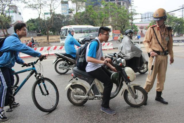 Đa phần các trường hợp vi phạm là các em học sinh điều khiển xe đạp điện không đội mũ bảo hiểm.
