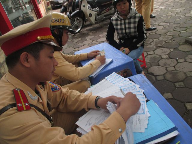 Cảnh sát giao thông lập biên bản hàng loạt trường hợp vi phạm.