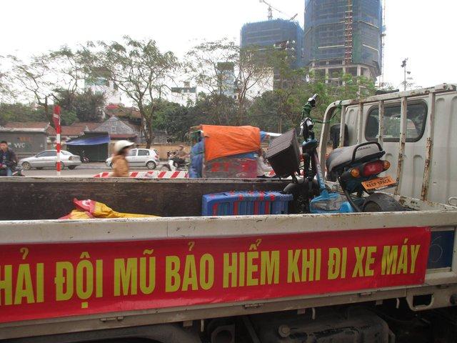 Thậm chí còn phải tạm giữ một xe máy điện sau đó dùng xe chuyên dụng của CSGT chở học sinh vi phạm tới trường.