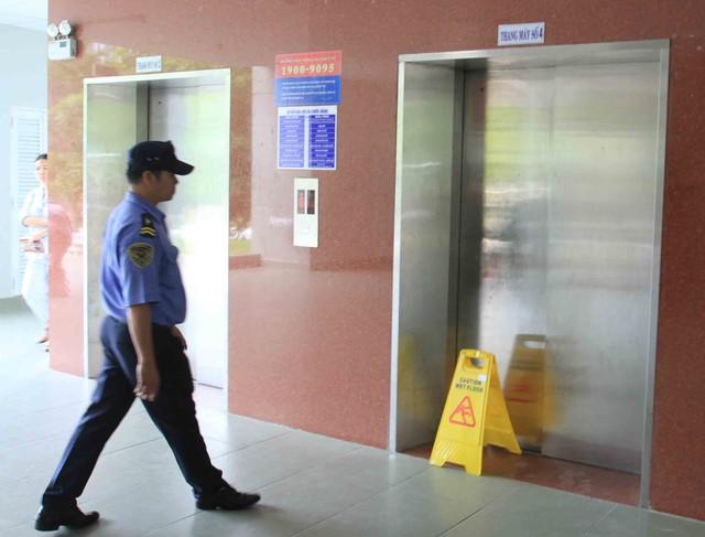 Đến chiều 31/8, thang máy số 4 vẫn bị phong tỏa, không cho bệnh nhân sử dụng để kiểm tra, sửa chữa. Ảnh Đức Hoàng