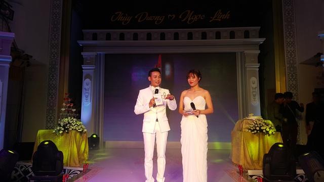 Ca sĩ Linh Nguyễn và MC Chúng tôi là chiến sĩ Hoàng Linh dẫn dắt tiệc cưới
