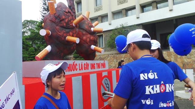 Khói thuốc là với 7.000 chất độc luôn là sát thủ gây ung thư phổi, tắc nghẹn phổi mạn tính và nhiều bệnh ung thư nguy hiểm khác.