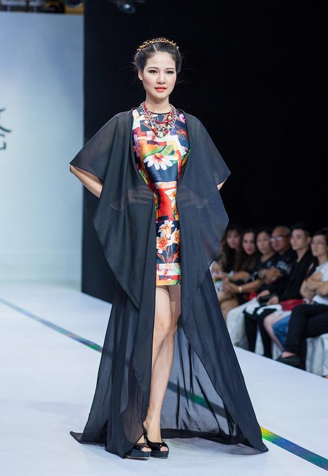 Đêm trình diễn còn có sự tham gia của Hoa hậu Trần Thị Quỳnh