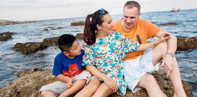 """""""Gia đình tôi rất yêu mến Christiaan. Khi chúng tôi dọn về sống chung, bé Gia Khánh được anh dạy tiếng Anh mỗi ngày nên cả hai nhanh chóng kết thân và không còn khoảng cách. Với con trai tôi, anh là một người nhẹ nhàng, kiên nhẫn và chu đáo trong mọi chuyện"""""""