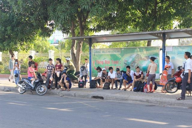 6.Nhiều thí sinh đã kết thúc kỳ thi THPT quốc gia hôm nay ra bến xe bus đợi xe về quê. Ảnh: Hồ Hà