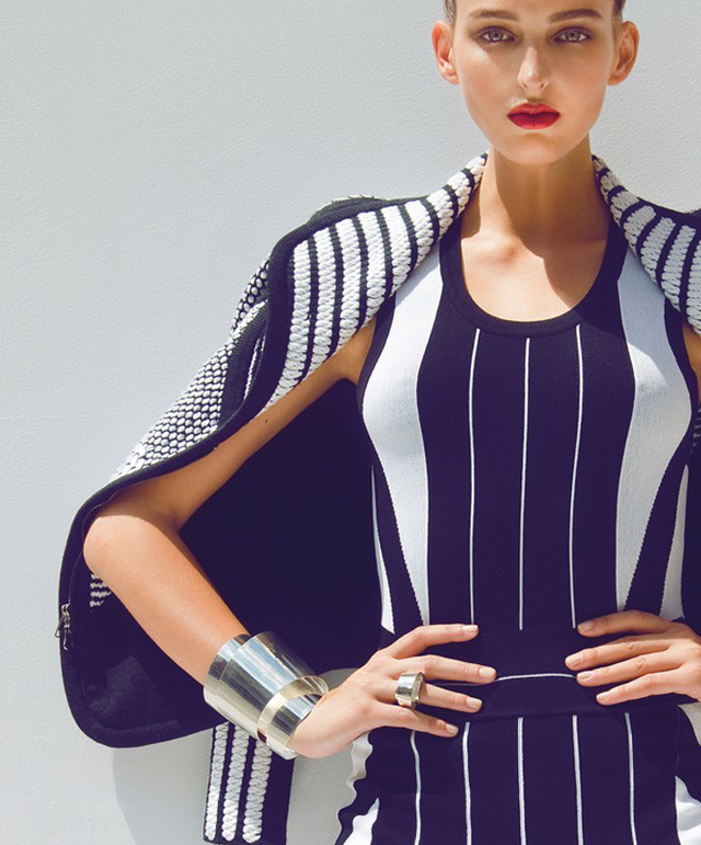6. Tráng vòng tay ôm khít, kiểu dáng to và thô. Các kiểu còng tay cá tính bản lớn hay vòng ôm sát tay dù trông rất phong cách nhưng lại không phù hợp với những nàng có bắp tay to. Thay vào đó, bạn nên chọn các kiểu vòng đeo tay layer dáng mảnh, mỏng và có độ rộng vừa phải.