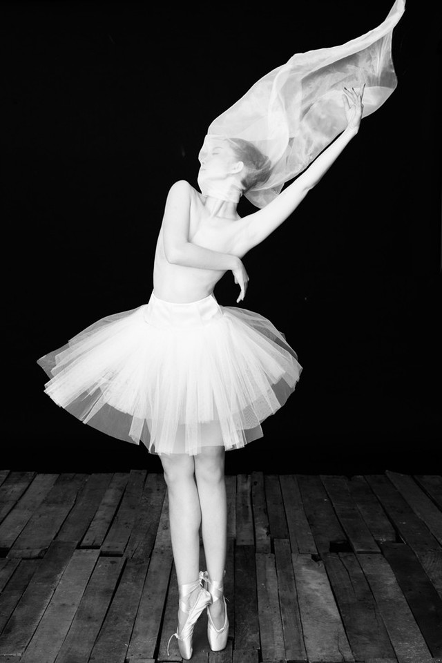 Bà mẹ một con cho biết, gắn liền với đam mê nhảy múa từ nhỏ nên Linh Nga thích được đem những vũ điệu vào hình ảnh. Sự uyển chuyển của từng động tác sẽ tạo nên những khung ảnh sống động, nhiều ý nghĩa. Thông qua bộ ảnh, người đẹp mong muốn khán giả yêu mến và hiểu hơn về bộ môn múa. Được ủng hộ chính là động lực giúp Linh Nga sáng tạo hơn nữa trong nghệ thuật.