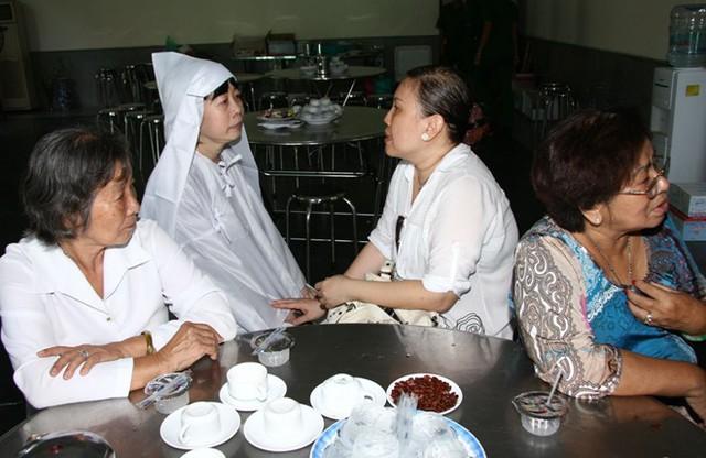 Con gái cố nhạc sĩ Phan Nhân được người thân dìu vào trong để nghỉ ngơi.