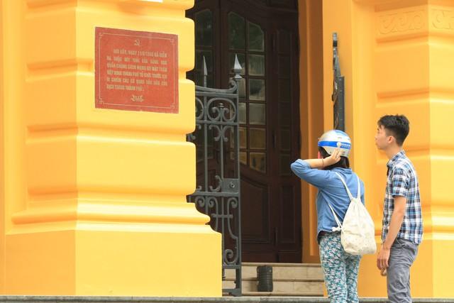 Màu vàng chói của Nhà Hát lớn đang gây bão dư luận. (Ảnh C. Tâm)