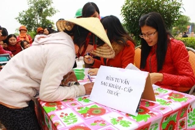 Người dân đến khám chữa bệnh và nghe tư vấn sức khỏe sinh sản