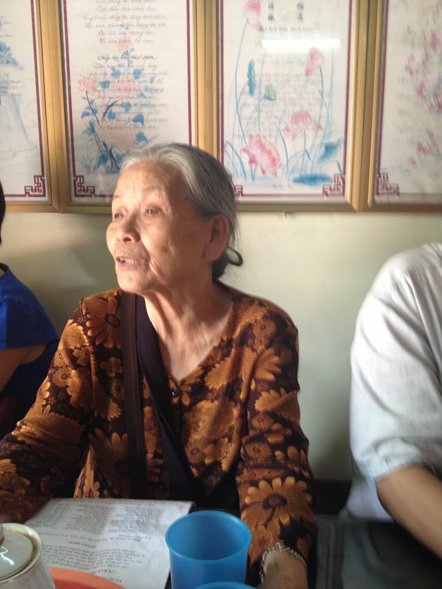 Cụ Ngô Thị Dương (80 tuổi, trú tại nhà số 10, tổ 28, phường Láng Thượng, Đống Đa, Hà Nội) đại diện cho các cụ cao niên ở đây cho rằng việc thành lập Tiểu ban lâm thời Quản lý di tích Chùa Nền là không cần thiết, có sự chồng chéo